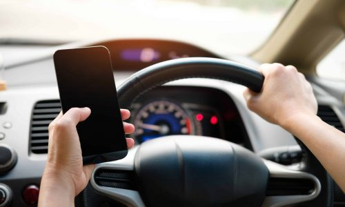 Motorists risk their lives with Mobile And smartphones